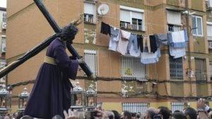 El Señor del Gran Poder en el barrio de los Pajaritos. (Foto: ABC de Sevilla).